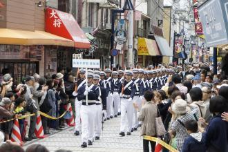 「横須賀パレード」の防衛大学儀仗隊・吹奏楽部