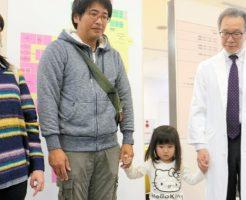松尾浩三副病院長(右)と蔭山みゆちゃんとご両親