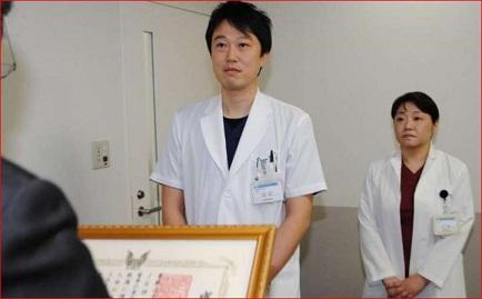 感謝状を受ける市堀、白木両医師(左から)